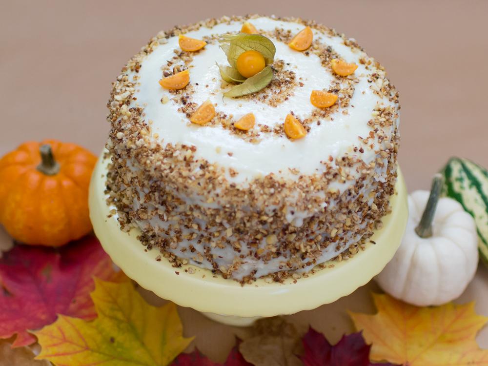 Saftiger Kuchen Mit Gebrannten Mandeln Physalis Und Weisser Schokolade